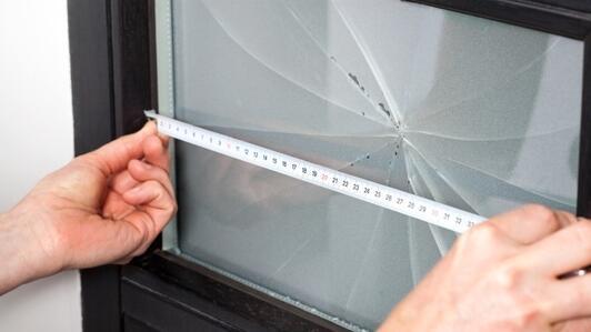 Vitre en plexiglass pour votre porte – Pourquoi remplacer le verre cassé d'une porte par du plexiglas ?